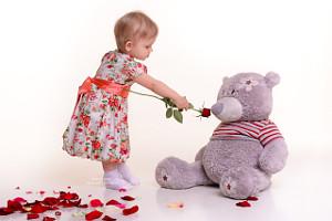 маленькая девочка в платье около медведя и липестков роз, фотограф в липецке, фото липецк, фотограф липецк