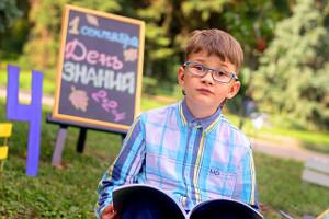 мальчик в очках держит книгу, фотограф в липецке, фото липецк, фотограф липецк