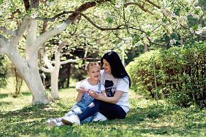 мама и дочка под деревом в саду, фотограф в липецке, фото липецк, фотограф липецк