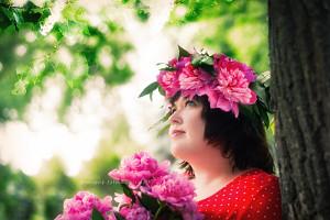 девушка у дерева с венком пионов на голове, фотограф в липецке, фото липецк, фотограф липецк
